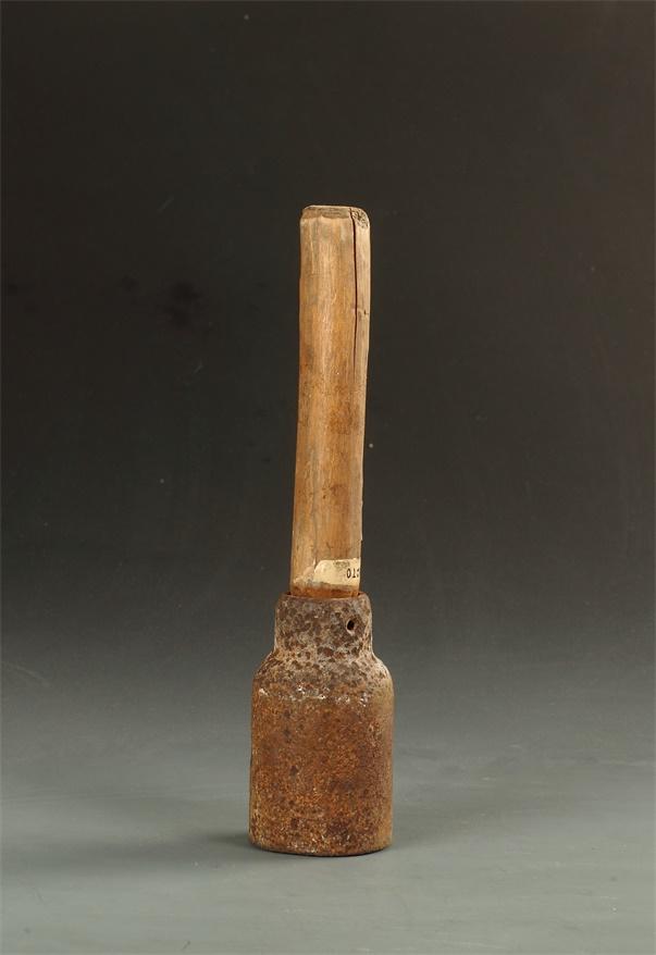 抗战时期无锡地下兵工厂生产的部分武器(联系手榴弹).JPG